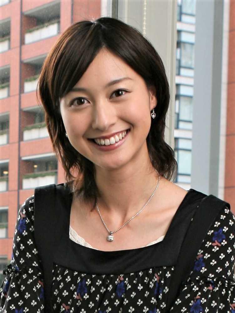 微笑みを浮かべる小川彩佳